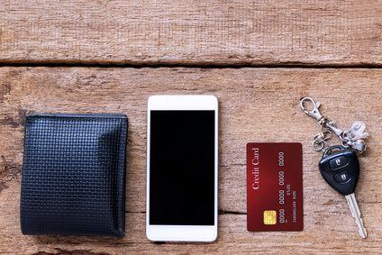 porte-feuille-smartphone-carte-de-crédit-clés-de-voitures